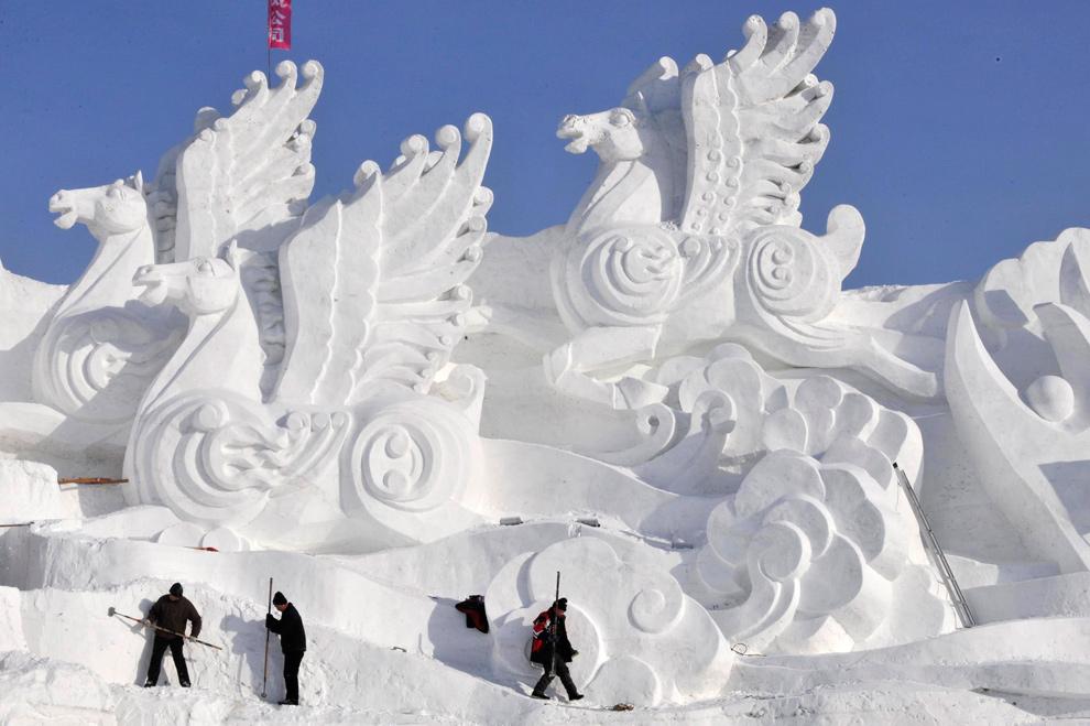 2. Рабочие делают скульптуры из снега перед фестивалем в Харбине 18 декабря 2009 года. (REUTERS/Sheng Li)