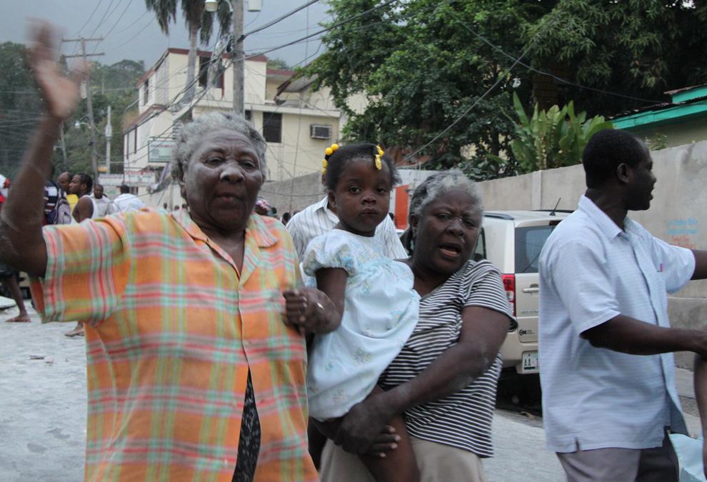 1. Люди после землетрясения в Порт-о-Пренс, Гаити, 12 января 2010 года. (Tequila Minsky for The New York Times)