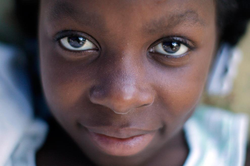 3. Гаитянская девочка, пережившая землетрясение, отдыхает в самодельной палатке на улице в Порт-о-Пренс 19 января 2010 года. (REUTERS/Jorge Silva)