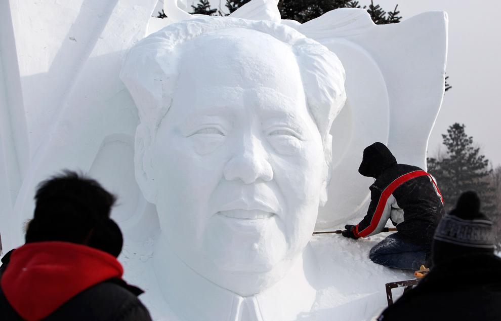 4. Рабочий вырезает из снега фигуру покойного китайского лидера Мао Цзедуна на Международном фестивале снега и льда в Харбине 5 января 2010 года. (REUTERS/Aly Song (CHINA - Tags: ENVIRONMENT SOCIETY TRAVEL)