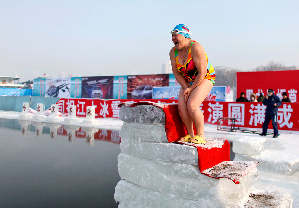 5. Женщина готовится прыгнуть в ледяную воду реки Сунхуа в Харбине 4 января 2010 года. (REUTERS/Aly Song)