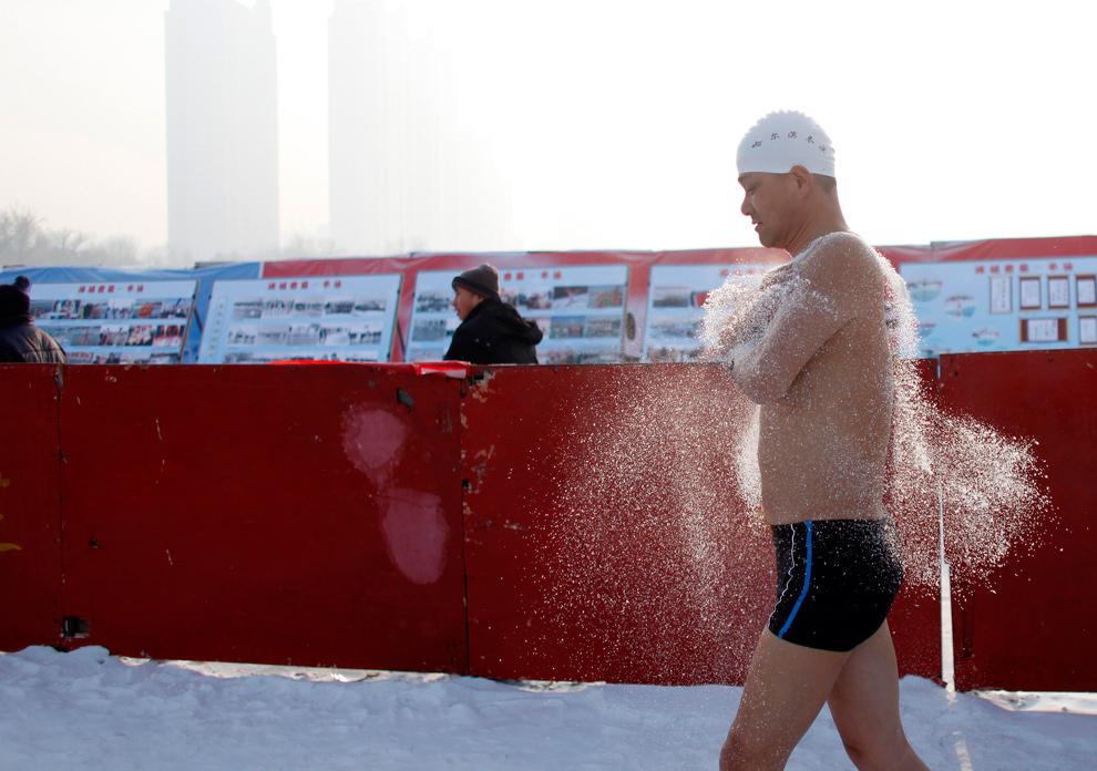 6. «Морж» разогревается перед прыжком в холодные воды реки Сунхуа в Харбине 4 января 2010 года. (REUTERS/Aly Song)