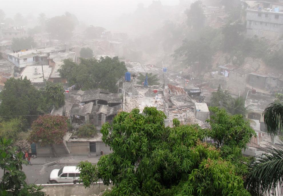 4. Вид на разрушенные здания в районе Петионвлль, Порт-о-Пренс, после землетрясения 12 января. (REUTERS/Nabil Hijjawi via Your View)