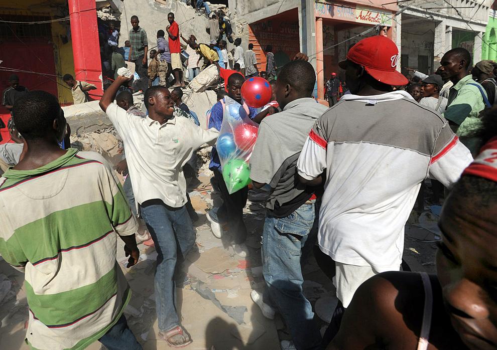 6. Мародеры борются за продукты у овощного магазина 17 января 2010 года в Порт-о-Пренс через пять дней после разрушительного землетрясения на Гаити. (JUAN BARRETO/AFP/Getty Images)