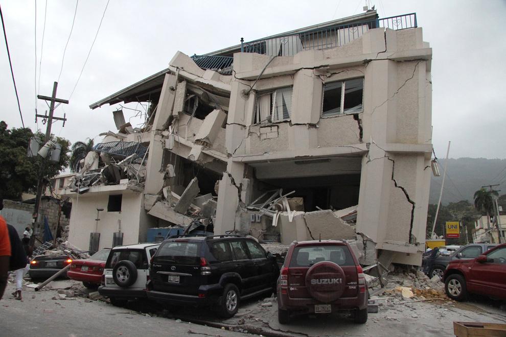 6. Разрушенное в результате землетрясения здание на улице Порт-о-Пренс, Гаити, 12 января. (Tequila Minsky for The New York Times)