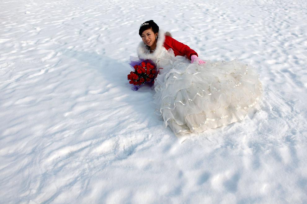 9. Невеста позирует для фотографии после свадебной церемонии на 26-ом Международном фестивале снега и льда в Харбине, провинция Хэйлунцзян, Китай, 6 января 2010 года. (REUTERS/Aly Song)