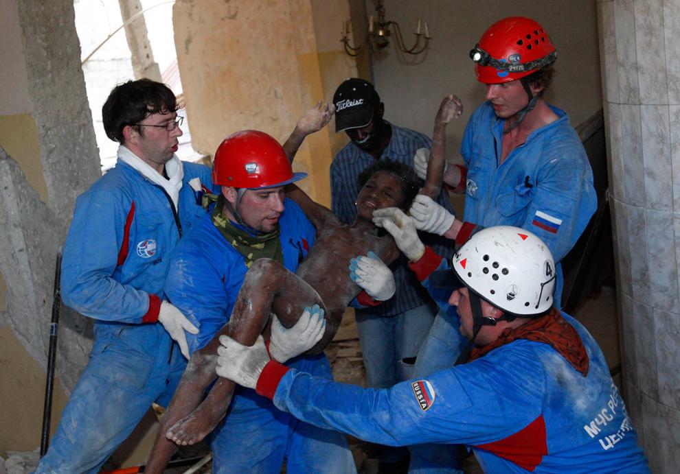 10. Российские спасатели выносят 11-летнюю Сенвило Оври, выжившую после землетрясения, из разрушенного дома в Порт-о-Пренс 16 января 2010 года. (REUTERS/Tatyana Makeyeva)