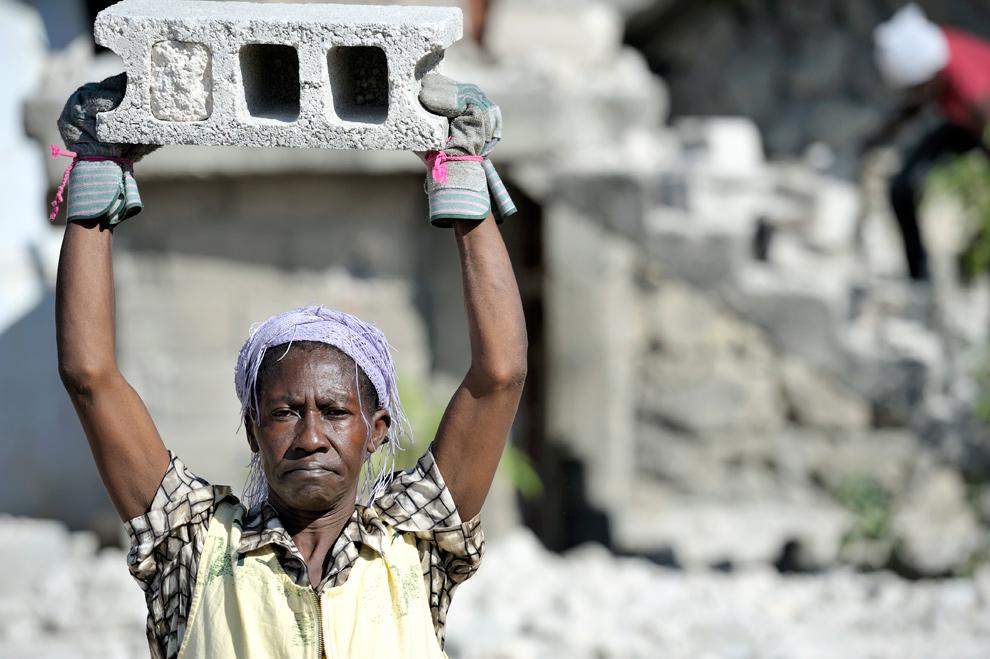 10. Выживший в землетрясении 12 января мужчина убирает обломки в районе Порт-о-Пренс Белэйр 19 января 2010 года. (PAUL JEFFREY/AFP/Getty Images/ACT ALLIANCE)