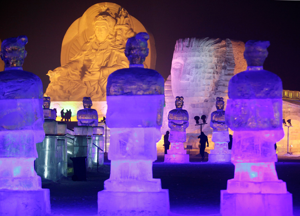 12. Люди пришли посмотреть на ледяные скульптуры в парке Харбина ночью 3 января 2010 года. (REUTERS/Aly Song)