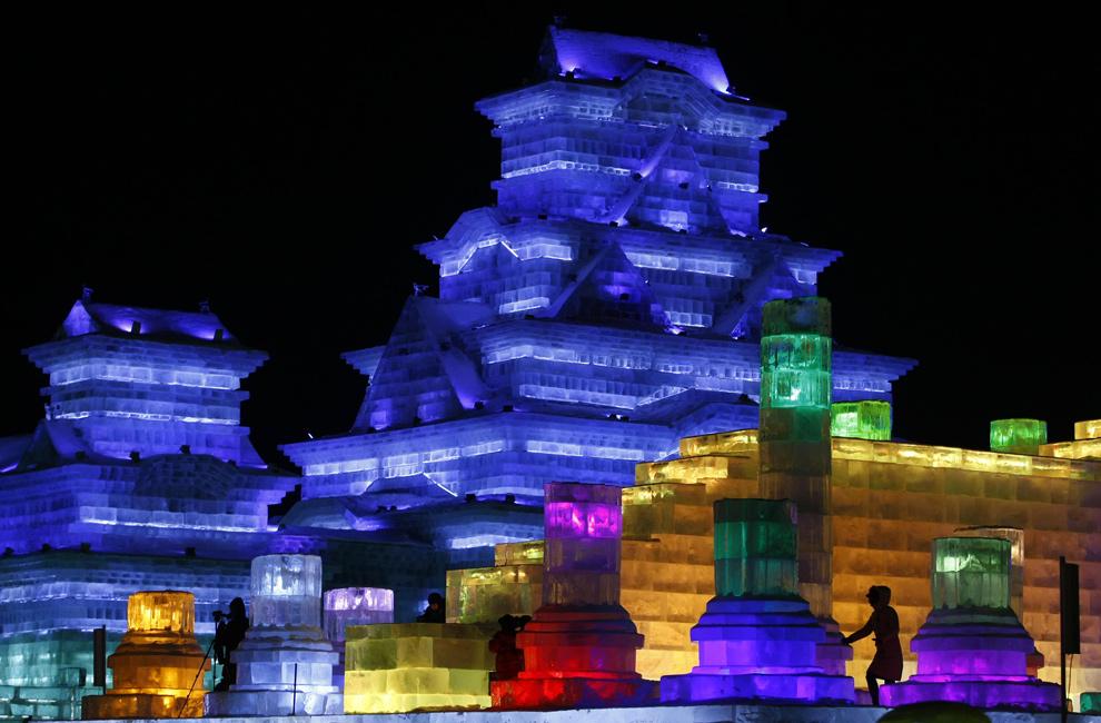 13. Ледяные скульптуры подсвечиваются изнутри на ежегодном фестивале снега и льда в северо-восточной провинции Китая Хэйлунцзян 5 января 2010 года. Сказочные замки, возвышающиеся пагоды и даже египетский сфинкс в ледяном обличии – все это можно увидеть в этом году на фестивале. (STR/AFP/Getty Images)