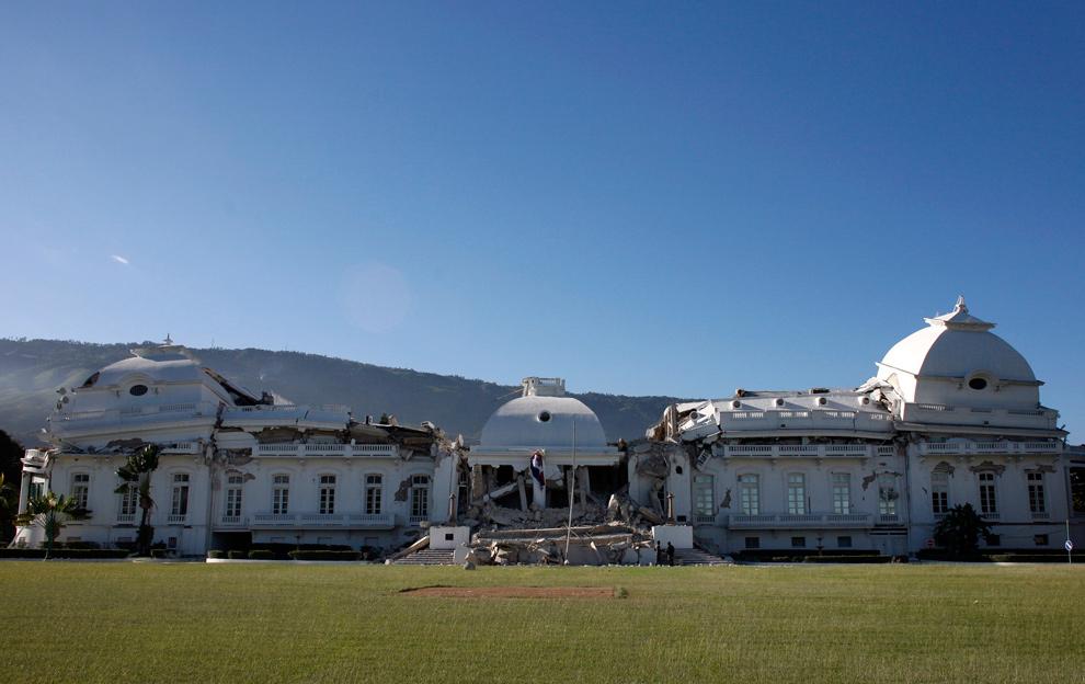 9. Вид на сильно поврежденный президентский дворец, который в центре составлял раньше три этажа, после землетрясения в Порт-о-Пренс 12 января. (REUTERS/Eduardo Munoz)