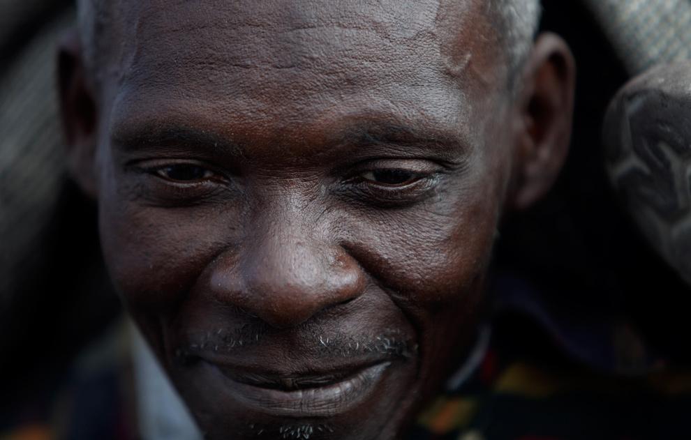 16. Мужчина продает уголь на открытом рынке в Сайт Солейл, Порт-о-Пренс, 20 января 2010 года. (AP Photo/Gregory Bull)