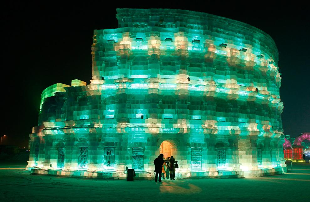 17. Люди пришли в ледяной Колизей на фестивале снега и льда в Харбине 3 января 2010 года. (REUTERS/Aly Song)