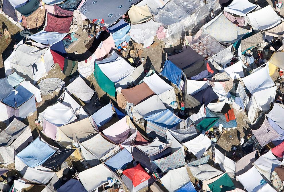 17. Временный лагерь бездомных гаитян 17 января 2010 года в Порт-о-Пренс. Снимок сделан с вертолета Канадских ВВС. (AP Photo/Tyler Anderson, Pool)