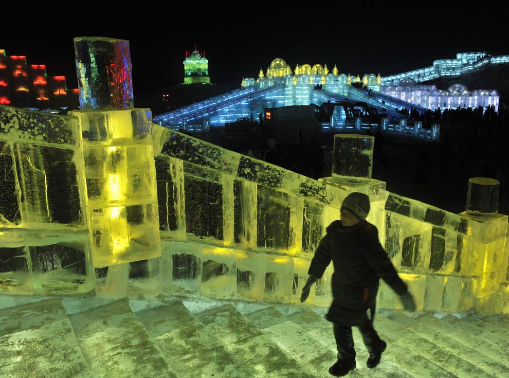 18. Мальчик идет по ледяной лестнице в Харбине, провинция Хэйлунцзян, 24 декабря 2009 года. (REUTERS/Sheng Li)