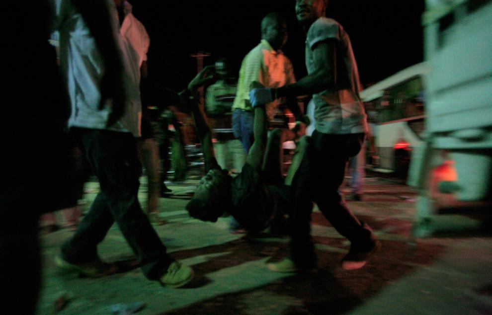 11. Местные жители ждут медиков после землетрясения в Порт-о-Пренс 13 января. (REUTERS/Kena Betancur)