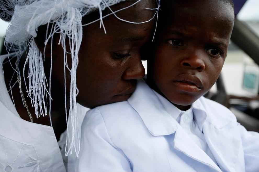 18. 24-летняя Десир Дьюдонн и ее шестилетний сын Франсуа Уилтенс скорбят о погибшем 4-летнем сыне и брате в Порт-о-Пренс 19 января 2010 года. (REUTERS/Ana-Bianca Marin)