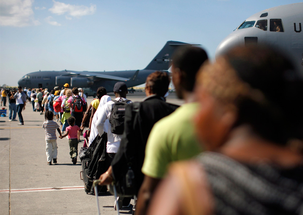 20. Американские граждане стоят в очереди на борт самолета «C-17 Globemaster III» во время эвакуации с Гаити 16 января 2010 года. (REUTERS/Eduardo Munoz)