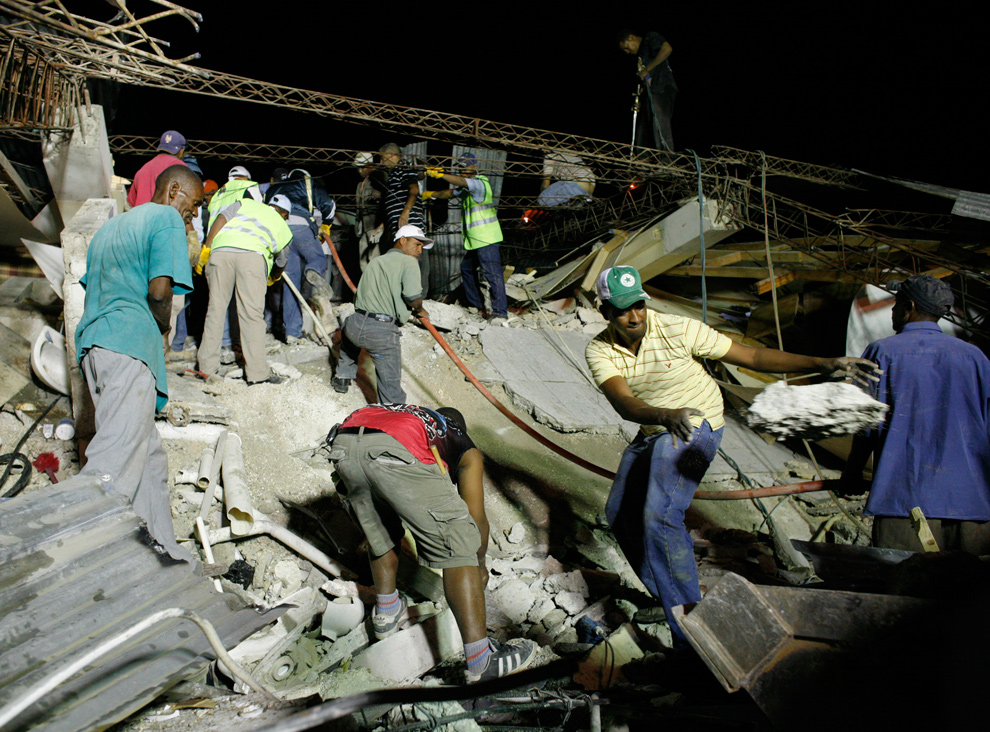 14. Жители ищут жертв землетрясения в Порт-о-Пренс 12 января. (REUTERS/Eduardo Munoz)