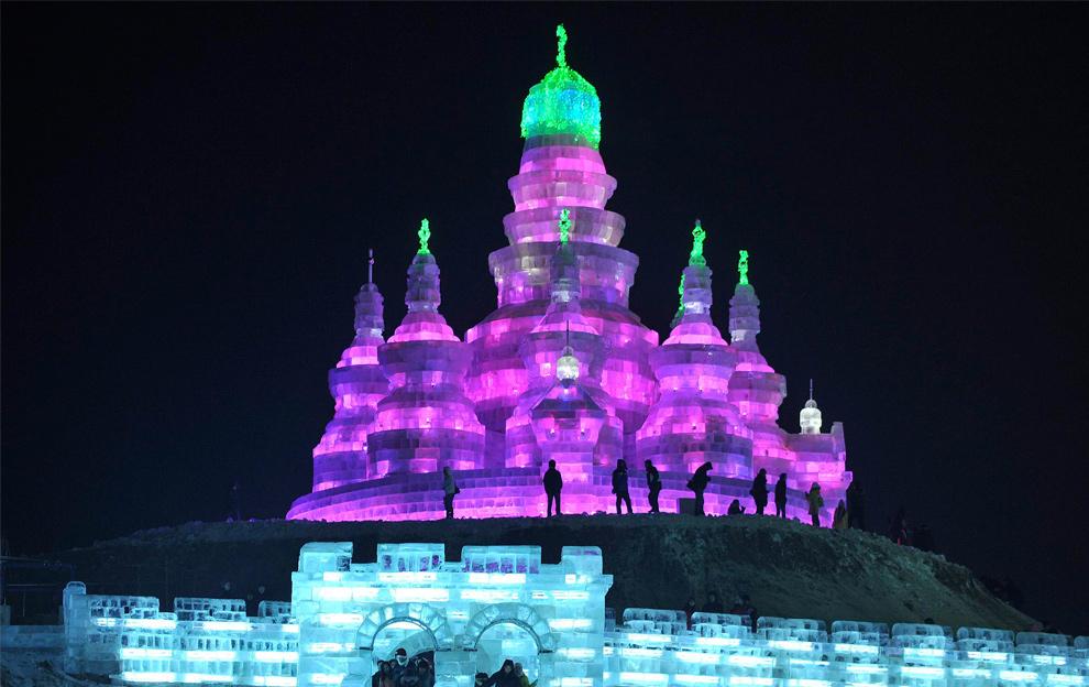 22. Люди пришли на ледяную скульптуру в парке Харбина 24 декабря 2009 года. (REUTERS/Sheng Li)