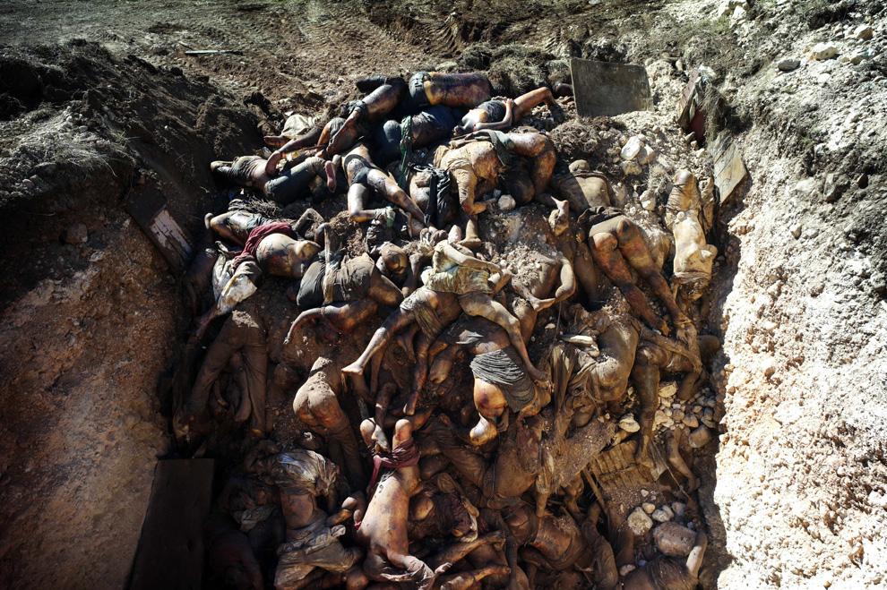22. Гаитянская братская могила с телами неопознанных людей в пригороде Порт-о-Пренс 16 января 2010 года. (Olivier Laban Mattei/AFP/Getty Images)