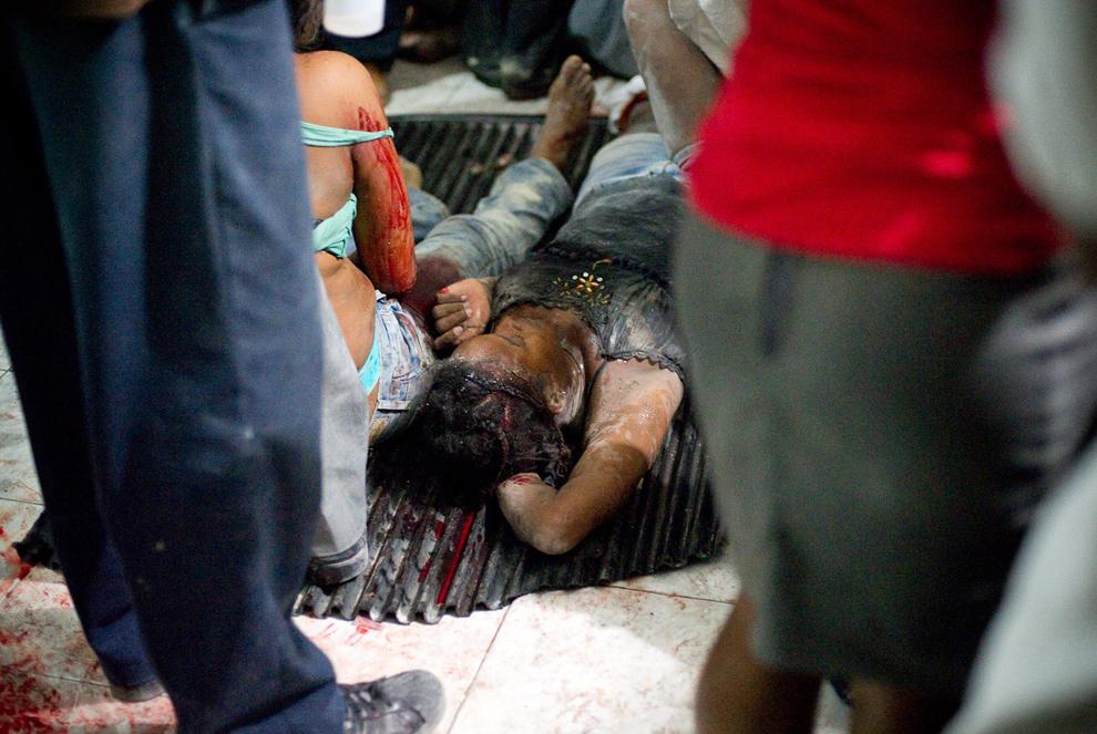 16. Раненые женщины лежат на полу больницы в ожидании медиков в Петионвилле 12 января в Порт-о-Пренс. (Frederic Dupoux/Getty Images)
