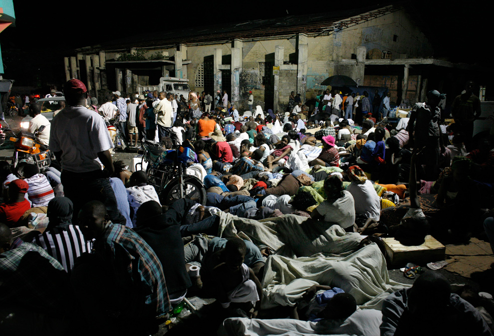 17. Жители Порт-о-Пренс спят на улице после землетрясения 13 января. (REUTERS/Eduardo Munoz)