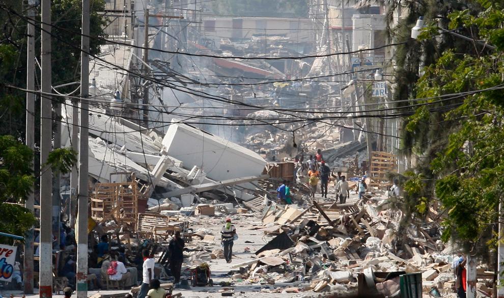 24. Люди идут по разрушенной улице Порт-о-Пренс 17 января 2010 года. (REUTERS/Daniel Aguilar)