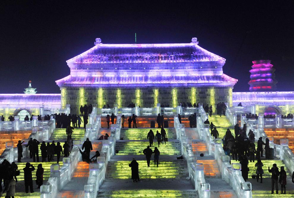 27. Люди идут по освещенным ступенькам на Международный фестиваль снега и льда 24 декабря 2009 года. (REUTERS/Sheng Li)
