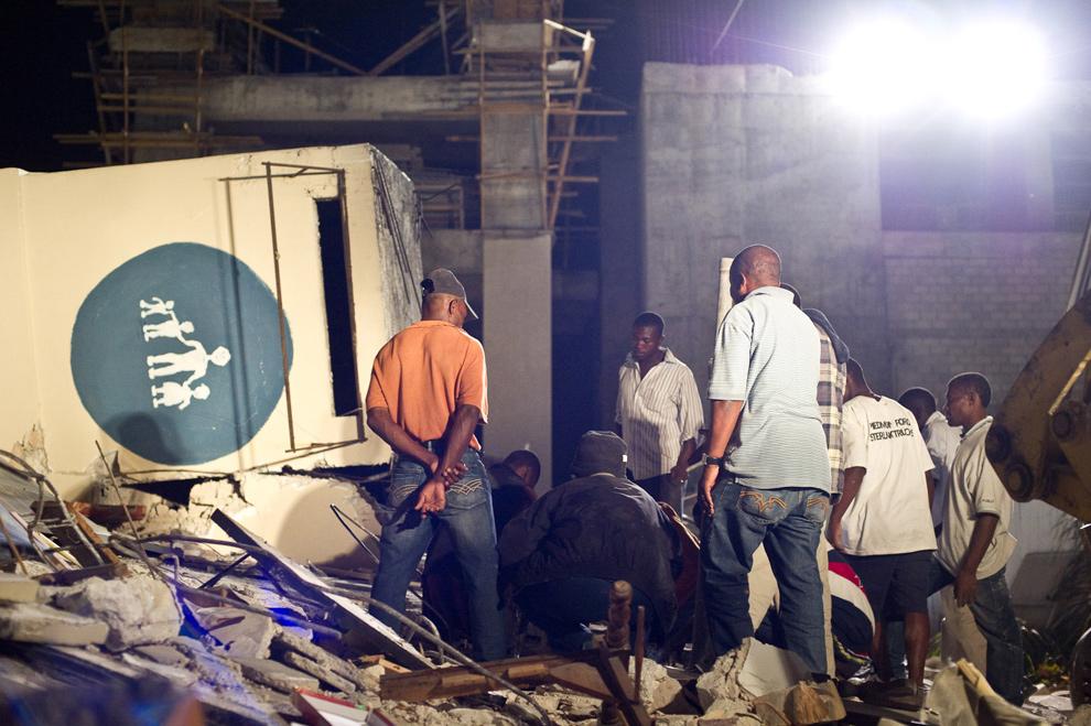 20. Люди ищут выживших среди руин детской больницы после землетрясения 13 января в Порт-о-Пренс. (Frederic Dupoux/Getty Images)