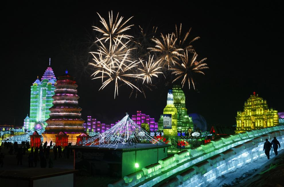 29. Салют освещает небо, знаменуя открытие Международного фестиваля снега и льда в Харбине 5 января 2010 года. (STR/AFP/Getty Images)