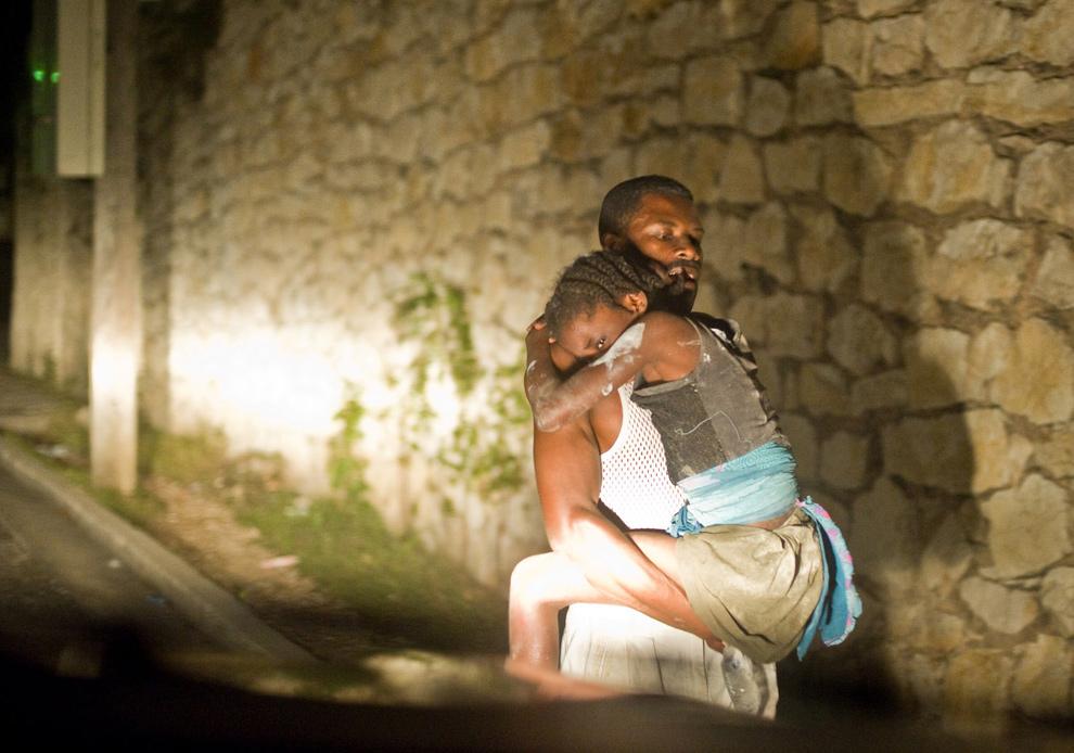 23. Отец несет дочку после землетрясения в Порт-о-Пренс 12 января. (Frederic Dupoux/Getty Images)