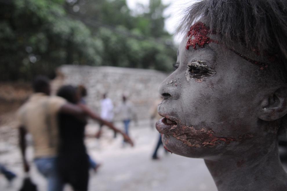 24. Раненая женщина на улице после землетрясения в Порт-о-Пренс 12 января. (AP Photo/Jorge Cruz)