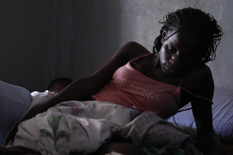 33. Гаитянка ждет своей очереди на лечение в больнице Порт-о-Пренс 16 января 2010 года. (Globe staff/Bill Greene)