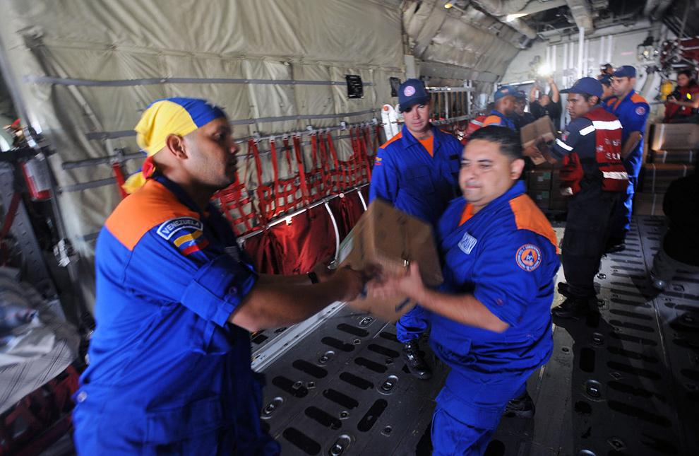 25. Венесуэльские спасатели грузят медицинское оборудование и лекарства на самолет, направляющийся в Порт-о-Пренс 13 января 2010 года в международном аэропорту «Симон Боливар» в Каракасе. (JUAN BARRETO/AFP/Getty Images)