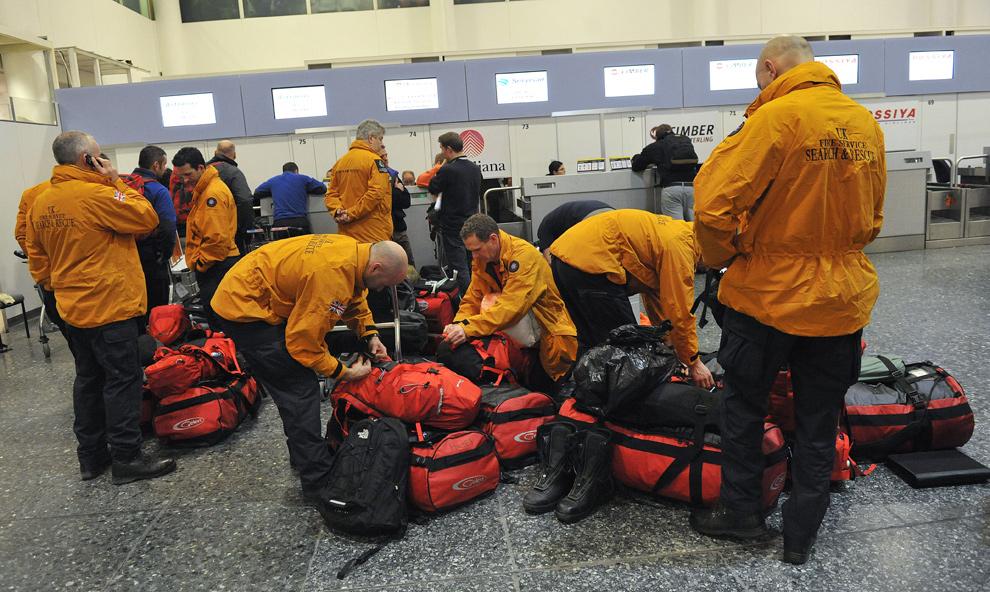 26. Британские спасатели готовятся покинуть аэропорт Гатвика, Западный Суссекс, чтобы помочь людям на Гаити 13 января. (CARL DE SOUZA/AFP/Getty Images)