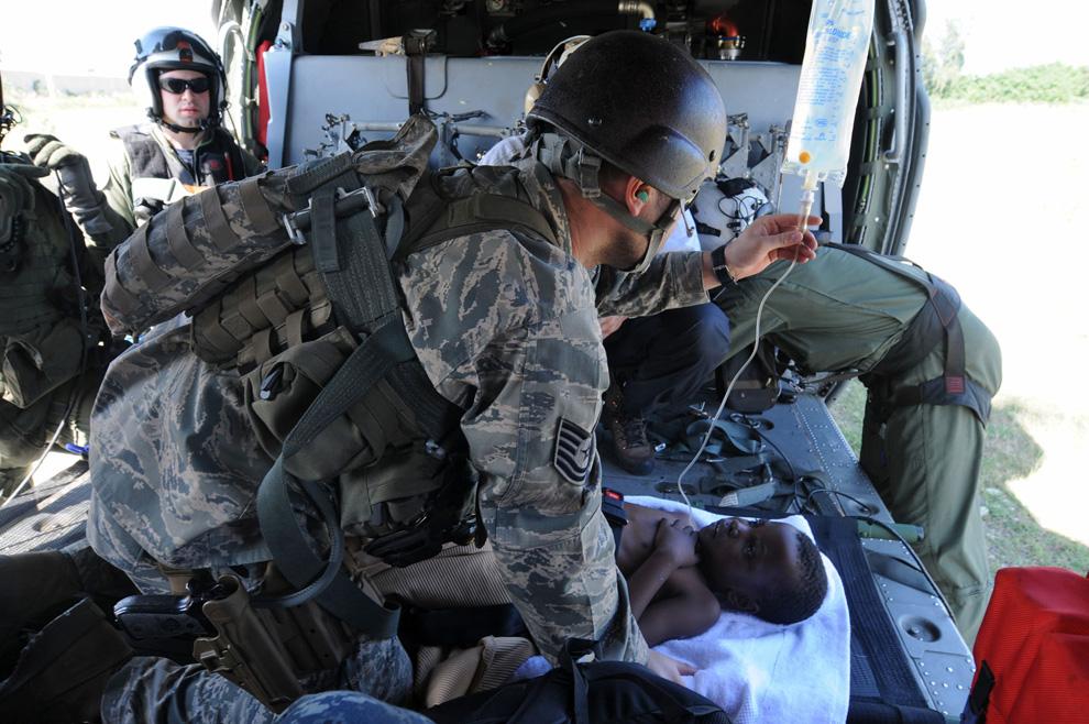 35. На этом фото, предоставленном ВМС США сержант Николас Вентворф повесил капельницу в вертолете «MH-60S Sea Hawk» перед отправкой жертв землетрясения на авианосец USS Carl Vinson (CVN 70) 17 января 2010 года в Порт-о-Пренс. (AP Photo/U.S. Navy, Mass Communication Specialist 2nd Class Joel Carlson)