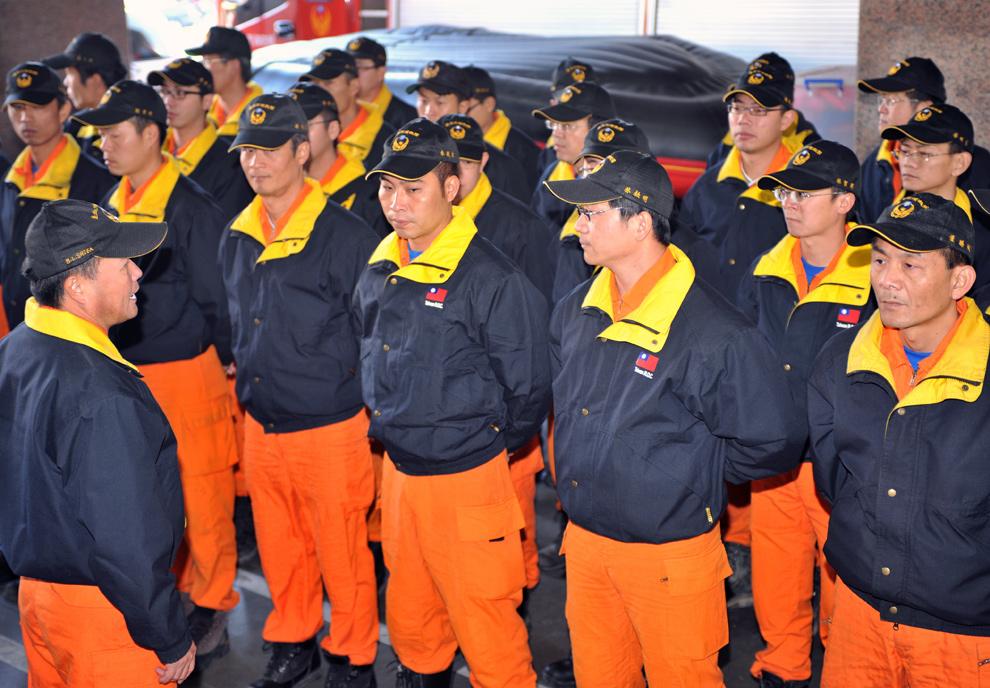 27. Команда тайваньских спасателей стоит у пожарного департамента в Тайбэе 13 января во время подготовки к отправлению на Гаити для оказания помощи пострадавшим от землетрясения. (SAM YEH/AFP/Getty Images)