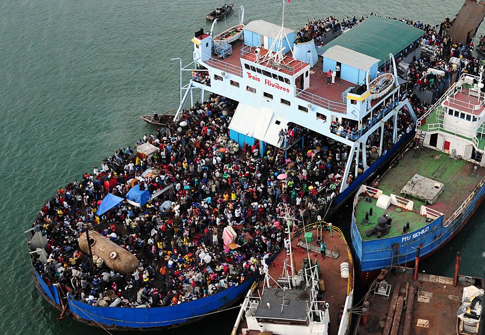 36. Толпа гаитянцев наводнила корабль в Порт-о-Пренс 16 января 2010 года. (Candice Villarreal/U.S. Navy via Bloomberg)