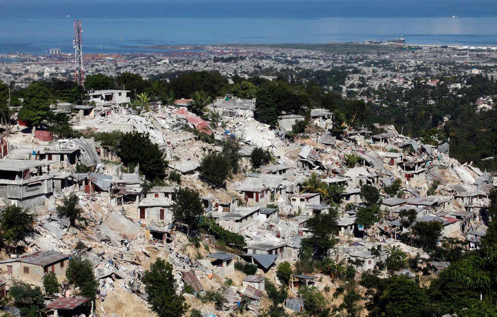 28. Вид на разрушенный землетрясением район Canape-Vert в столице Гаити 13 января 2010. (REUTERS/Eduardo Munoz)