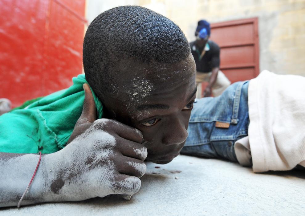 39. Гаитянские мародеры лежат на полу после задержания полицией в Порт-о-Пренс 21 января 2010 года. (JEWEL SAMAD/AFP/Getty Images)