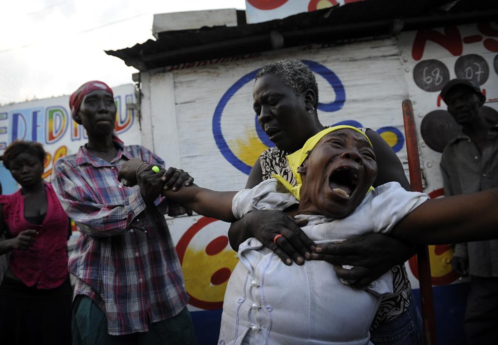 43. Арманте Черисма кричит перед телом своей дочери 15-летней Фабьенны, убитой полицейским во время кражи ковров на улице Мартли Сайи 19 января 2010 года в Порт-о-Пренс. (OLIVIER LABAN-MATTEI/AFP/Getty Images)