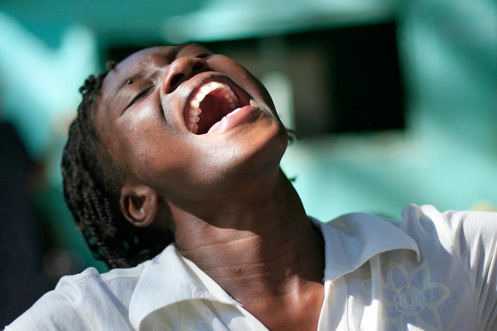 45. Женщина во время церковной службы после землетрясения в Порт-о-Пренс 17 января 2010 года. (REUTERS/Kena Betancur (HAITI - Tags: DISASTER)
