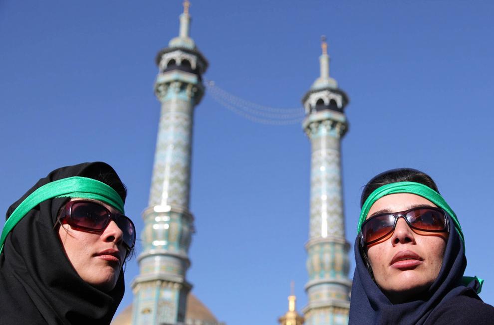 1. Две иранки выступающие за реформы пришли на панихиду великого аятолла Хусейна Али Монтазери в повязках зеленого цвета, который является символом иранской оппозиции. Снимок сделан в городе Кум в 125 км к югу от Тегерана 21 декабря 2009 года. Монтазери, скончавшийся в возрасте 87 лет, был главной фигурой в исламской революции 1979 года, который затем обвинил своих духовных товарищей в установлении диктаторства во славу ислама. (AP Photo)