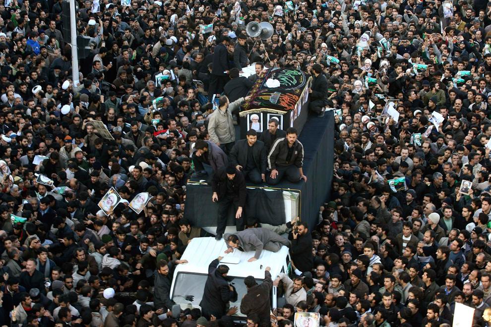 2. Иранцы идут за грузовиком с гробом духовного лидера Аятоллы Хусейна Али Монтазери в священном шиитском городе Кум 21 декабря 2009 года. На похоронах покойного лидера Монтазери толпа выкрикивала антиправительственные лозунги. (REUTERS/Stringer)