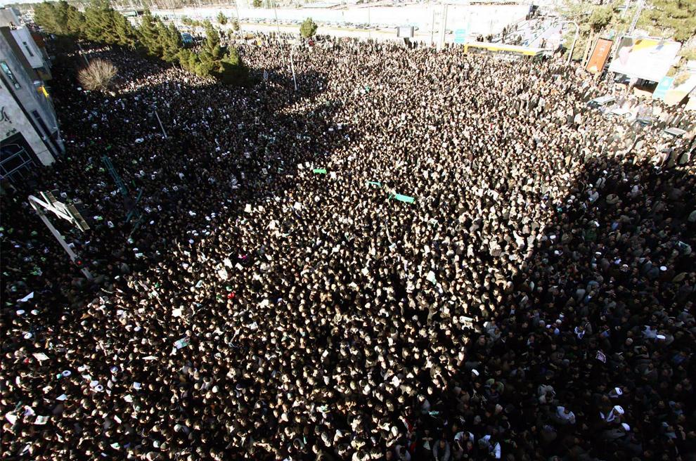 3. Толпа иранцев на похоронах Великого аятоллы Хусейна Али Монтазери в Куме 21 декабря 2009 года. (REUTERS/Stringer)