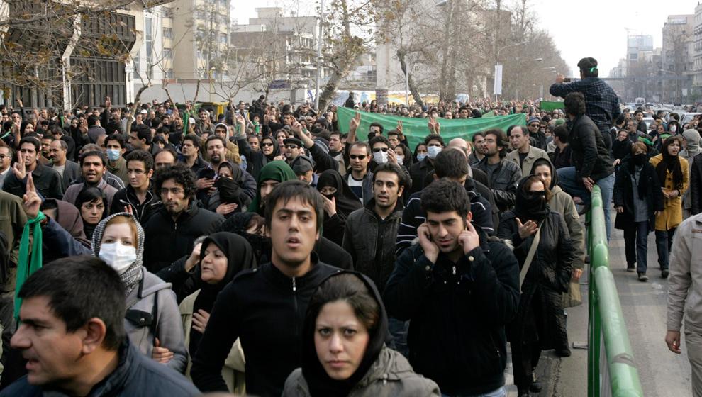 5. Иранские демонстранты идут на митинге во время шиитского праздника скорби Ашура в центре Тегерана 27 декабря 2009 года. (REUTERS/Stringer)