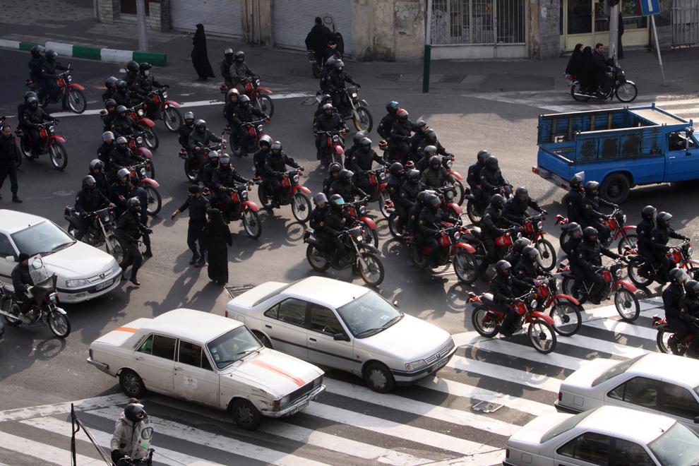 6. Отряд иранской полиции для разгона демонстрантов едут на мотоциклах во время антиправительственного протеста в Тегеране 27 декабря 2009 года. (AP Photo)