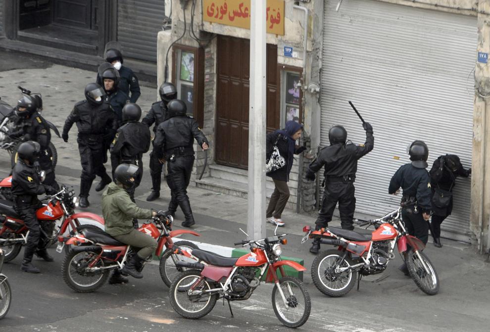 11. Иранские полицейские на мотоциклах окружили сторонников оппозиции во время столкновений в Тегеран 27 декабря 2009 года. (AFP/Getty Images)