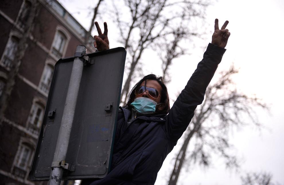 13. Иранский демонстрант показывает знак виктори во время антиправительственного протеста в Тегеране 27 декабря 2009 года. (AP Photo)